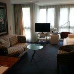 Wohnzimmer mit Sofa, Flachbild-TV und Schreibtisch