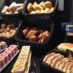 Frühstück. Trockene Brötchen. Erdbeermarmelade die nur nach Zucker schmeckt. Nur die Croissants