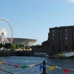 Alrededores del hotel. Noria y Liverpool Echo Arena