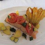 Pavé de Saumon Bio avec sa fleur de courge et petits légumes !