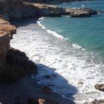 пляж по правую сторону от отеля