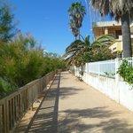 le chemin qui va de l'hotel à la plage