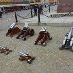 """Serie di """"colubrine"""" esposte nella piazza del mercato"""