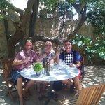 Wein Verkostung im Garten der Familie Ribas