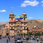 Plaza de Armas with the Qosqo flag