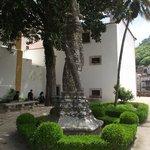 Coluna retorcida estilo manuelino no jardim da Preta.