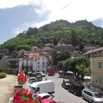 Vista de Sintra e ao fundo no topo do morro, o Castelo dos Mouros.