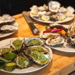 klaarmaken tijdens de workshop: oesters op 5 manieren