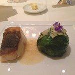 bacalhau grelhado sobre emulsao de vinho e manteiga breton