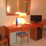 Zona de escritorio y minibar