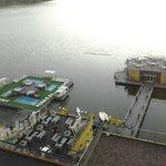 Vista de las piscinas y la confiteria flotantes