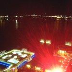 Vista nocturna de las piscinas iluminadas