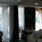 chambre avec balcon et vue sur les montagnes