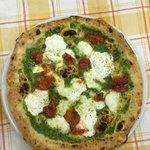 Pizza pesto pomodorini del piennolo a pacchetelle