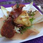 salade Dklé, jambon de parme et samossas de chèvre