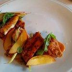 Plat de pieuvre cuit sous vide avec ris de veau, poivron rôti, chanterelles, aubergines pomme de
