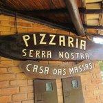 Placa na entrada da Pizzaria Serra Nostra