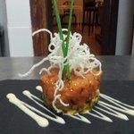 en pizarra..tartar de samon y aguacate