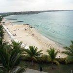La playa vista desde el solarium de una de las piscinas