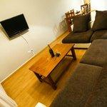 Salon con sofas cama de grandes dimensiones y tv de 32 pulgadas