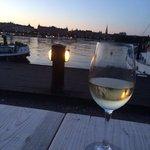 husets hvitvin i solnedgang