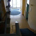 Hall de l'hôtel vu du haut des marches pour se rendre à l'étage