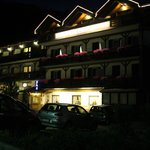 facciata hotel di notte