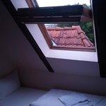 Winziges Veluxfenster ohne Sonnenschutz