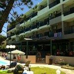 Hotellet sett fra forsiden, den som vender mot basseng