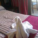 mooie zwaan van handdoeken bij aankomst