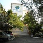 ingresso dell'hotel visto dal parcheggio