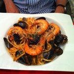 Spaghetti aux moules et gambons avec sauce tomate