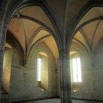 una navata con pilastri e volte