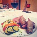 La suite ... Carré d'agneau et des légumes à la provençale accompagné d'un verre de haut médoc .