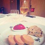 Ses trois foie gras maison avec son sorbet de betteraves ciboulette accompagné de sa crème balsa