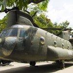 военный вертолет (стоит справа от входа)