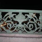 Кованая решётка на французского балкончика с видом на ночной порт.