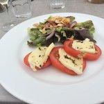 Ensalada de mozzarela y tomate.