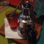Thé à la menthe accompagné de miel