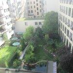 El jardín del hotel desde la habitación.