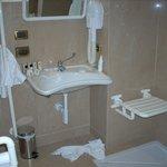 Chambre 123 salle de bains handi - Lavabo
