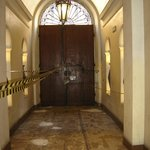 Porta e corredor de entrada do hotel