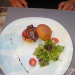 Burger de foie gras sur son lit de confit d'oignon