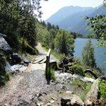 Estany de Sant Maurici, camino que rodea el lago,