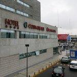 連絡通路から見たホテル