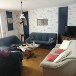 Wohnzimmer mit großem Flat TV
