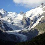 Gesamtansicht mit Piz Bernina (rechts) vom Aussichtspunkt an der Pass-Straße