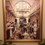 Foto histórica na entrada do banheiro