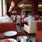 朝食会場!朝早い時間帯は長期滞在のビジネスマンが多い!