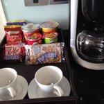 部屋にある食べ物とコーヒーメーカー!